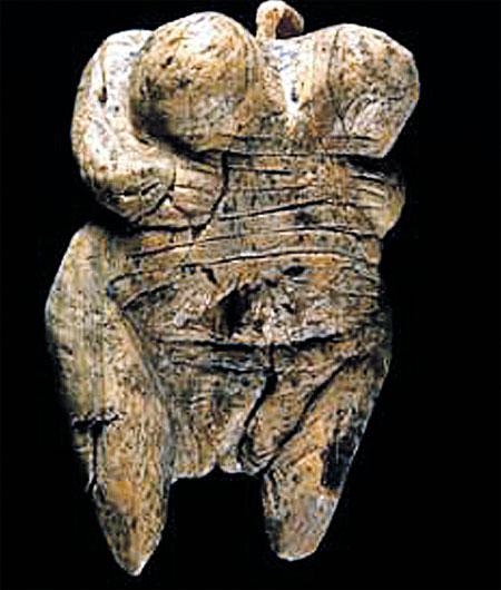 Женская фигурка, вырезанная из кости мамонта 40 тысяч лет назад. Скульптор ваял ее с натуры.