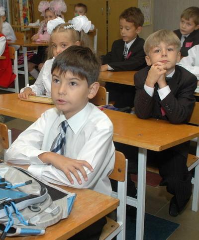 Малышню из небольших учебных заведений переводят в более крупные - за несколько километров от дома.