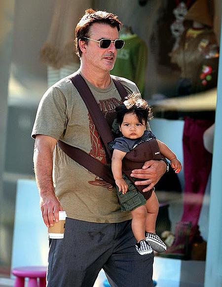 В жизни Крис - примерный семьянин и с удовольствием выполняет отцовские обязанности. Фото: Justjared.