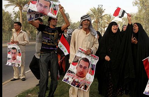 Родственники журналиста ждут его освобождения. Фото: АП.