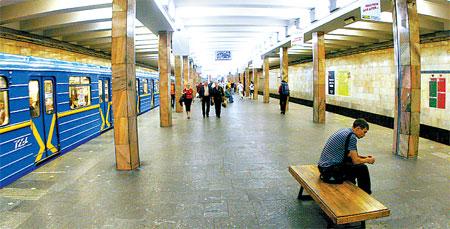 Самые «зловредные» станции, лишенные архитектурных изысков. Простенки, например, отсутствуют, поэтому на пассажира давит шум от двух поездов сразу.