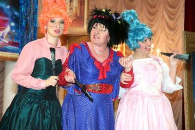 Людмила Стародубец (слева) в роли Анны - одной из дочерей мачехи в спектакле «Золушка»...