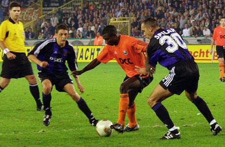 В 2002 году в ворота «Брюгге» забивал тогда еще совсем юный Агахова (в центре).