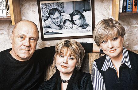 Семья Меньшовых вчера и сегодня: Владимир, Юлия и Вера.