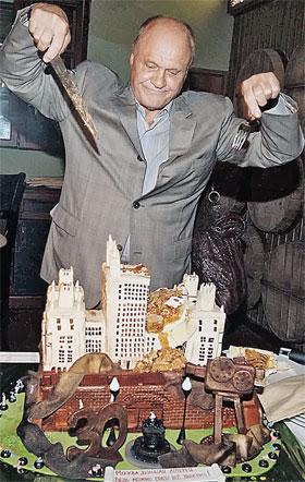 На 30-летии «Москвы...» Меньшову подарили концептуальный торт.