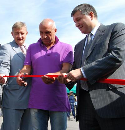 Сергей Чернов, Александр Ярославский и Арсен Аваков разрезают ленту у будущей взлетной полосы.