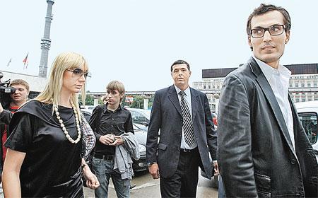 Поддержать Кристину из Америки приехал ее нынешний муж Михаил Земцов (крайний справа).