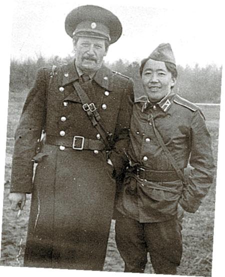 Начальник курса Валерий Рыжук со своим лучшим учеником (конец 1980-х).