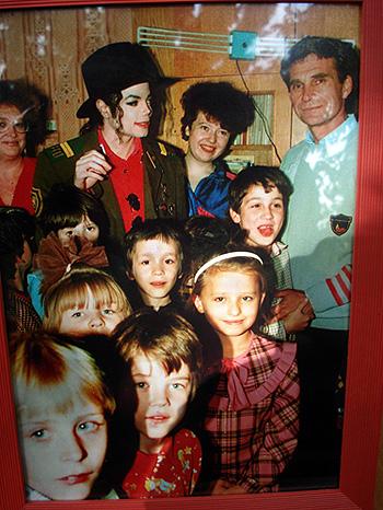 Майкл Джексон во время своего визита в Москву посетил один из столичных детдомов. На певце тот самый военный китель.