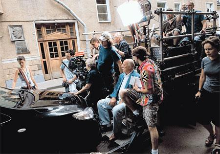 Станислав Сергеевич (сидит в центре) не только раздает указания актерам, но и слушает их пожелания. Иначе хорошего кино не получится.