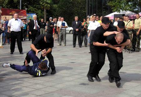 Из толпы на «босса» кидается «преступник». Задача телохранителей - его обезвредить.