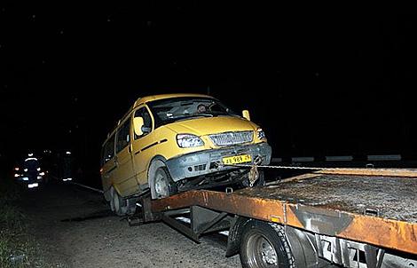 Маршрутку пришлось увозить с места аварии на эвакуаторе. Фото: ГУ МЧС России по Архангельской области.