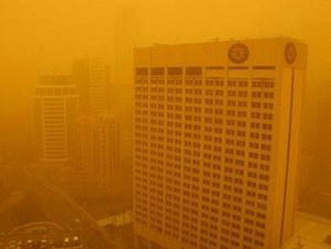Это не светофильтры - в город пришла песчаная буря.