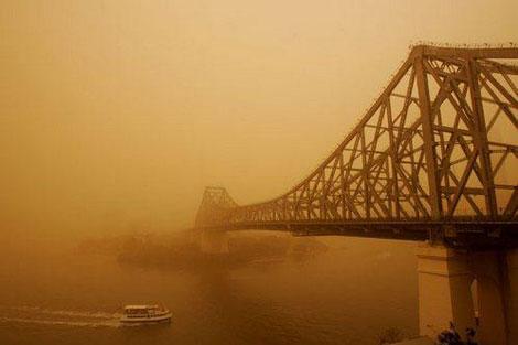 На Сидней и Брисбен обрушилась пылевая буря.