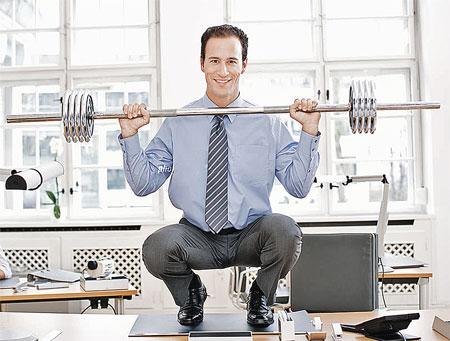 В офисе не обязательно держать штангу, но разминать суставы лучше каждые два-три часа.
