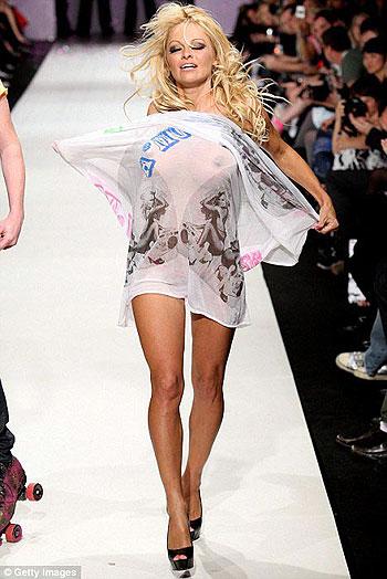Памела вышла на подиум, едва-едва прикрывшись полупрозрачным платком. Фото: Daily Mail.
