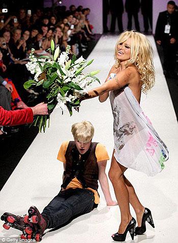 ...А самые преданные поклонники ее таланта перподнесли ей букет. Фото: celebrity-gossip.net.