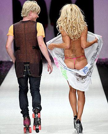 42-летняя красотка не боиться публично обнажаться. Наоброт, признается, что ей это нравится. Фото: Daily Mail.