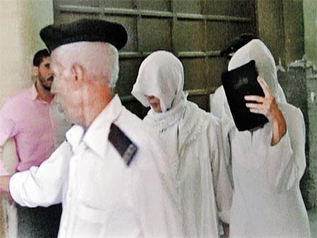 Заключенных в Египте наряжают в белые рубахи. Это наши героини: Татьяна опустила глаза, Наталья прикрыла лицо Библией.