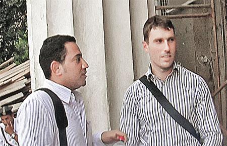 Вот и пойми их, этих египтян: то сажают в тюрьму невесту, то помогают - как египетский друг Егора Махина Карлос (на фото слева).