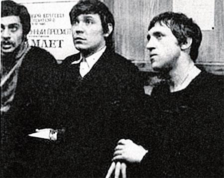 Иван Дыховичный (на фото он крайний слева) со своими друзьями - Иваном Бортником и Владимиром Высоцким.