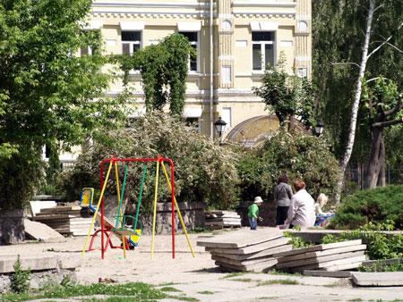 Дети играют возле бетонных плит.