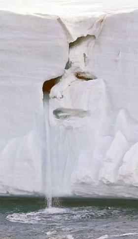 «Плачущий ледник с человеческим лицом». Эколог Майл Нолан на Шпицбергене фотографировал тающий древний ледник. И наткнулся на такую картину. «Природа плачет, глядя на то, что делает человек», - так прокомментировал он этот сюжет.