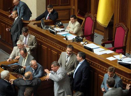 Регионалы говорят, что не перестанут блокировать работу Рады, пока коалиция не согласится заложить в бюджет пенсии и зарплаты.