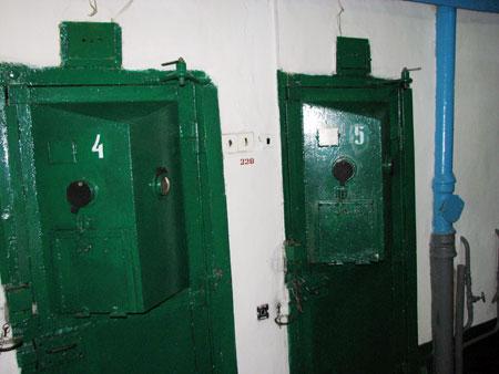 Двери в камеры пожизненников оснащены двумя большими «глазками» - чтобы видеть все помещение.