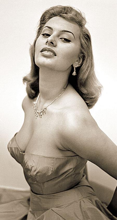 В начале карьеры Софи перекрасили в блондинку, но идеалом красоты она стала все же с природным цветом волос.