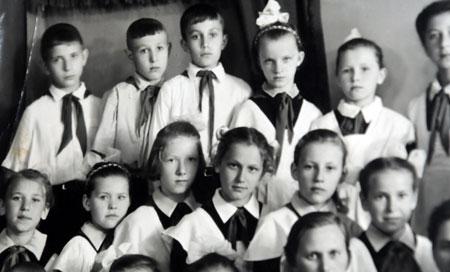 Януковича (третий слева в верхнем ряду) с детства считали неформальным лидером.