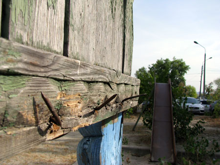 На Приречной, 37, из деревянных конструкций торчат гвозди.