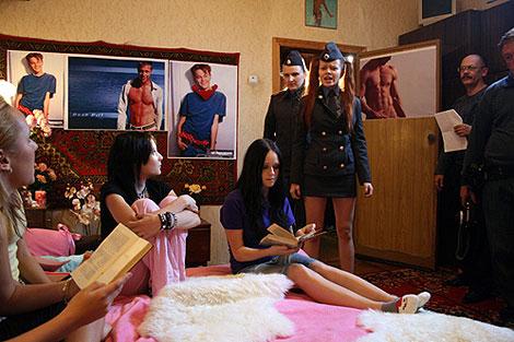 На съемочной площадке «Ранетки» вновь играли школьниц, а Лена Князева милиционера... Фото: официальный сайт певицы.