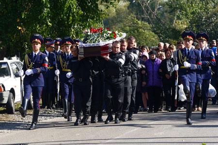 Родственники погибшего старлея шли за гробом вместе с почетным караулом.