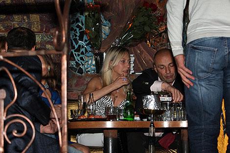 Александр Жулин и его спутница в этот вечер забыли о семейных проблемах и просто отдыхали. Фото: Мила СТРИЖ.