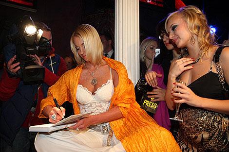Анастасия подписала свою книгу поклонникам. Фото: Мила СТРИЖ.