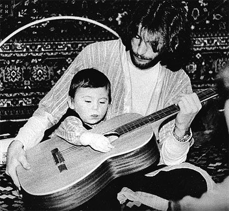Москва, 1984 год. Игорь Тальков музицирует с сыном.