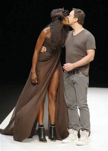 После показа красотка поблагодарила Игоря Чапурина страстным поцелуем прямо на подиуме. Фото: АП.