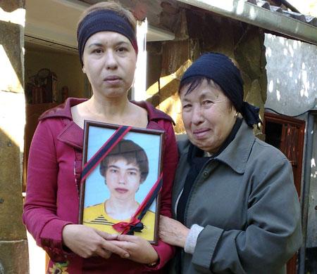 Мама и бабушка Кости не могут смириться с утратой.