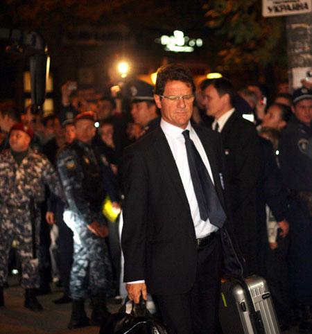 Наставник команды Фабио Капелло делал вид, что не замечает толпу ревущих фанатов.