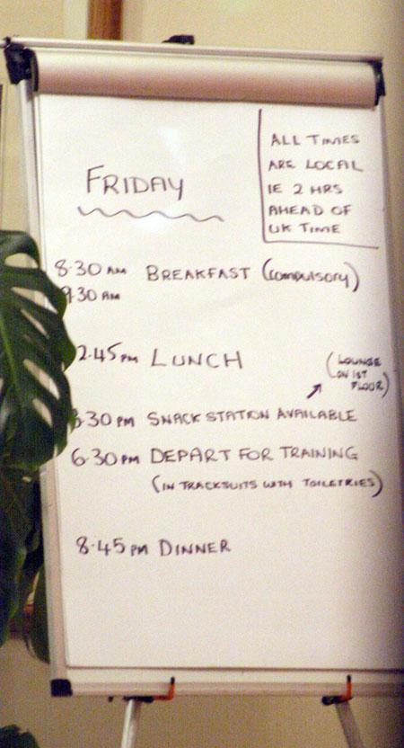 Распорядок дня англичан: четыре трапезы, тренировка и напоминание о том, что нужно перевести часы на местное время.
