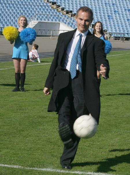 Право сделать первый удар по мячу предоставили послу Великобритании в Украине Ли Тернеру