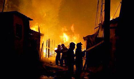 Пожарные боролись с огнем в течение нескольких часов. Фото: estadao.com.br.