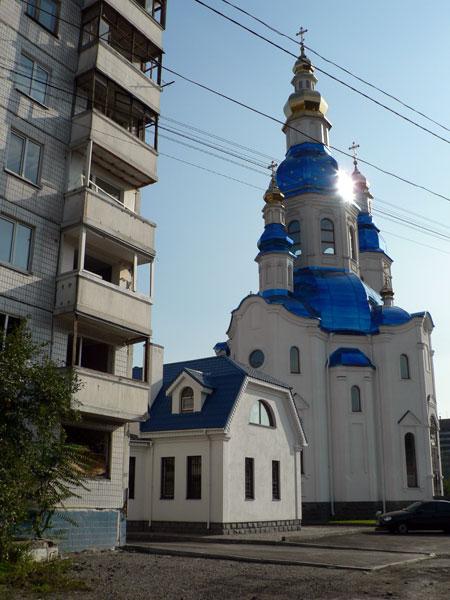 Храм на месте разрушенных подъездов.
