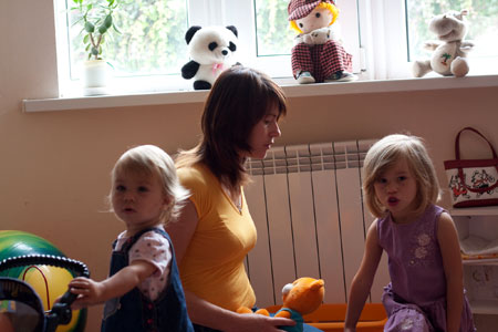Марина Бирюкова с Машей (младшая, родившаяся после взрыва) и с Аней. Старшая Даша погибла во время взрыва.