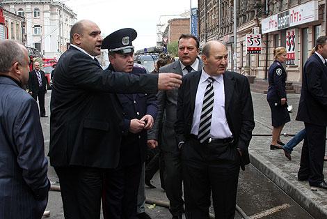 Слева - главный милиционер области Анатолий Науменко на месте пожара.