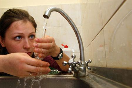 Горячая вода стала дешевле. Фото из архива «КП».