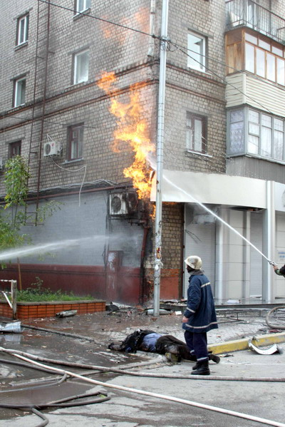 Взрывное устройство, вероятно, было прикреплено к газовой трубе, из которой потом еще около получаса вырывался многометровый хвост пламени.