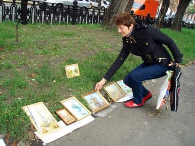 Наталья продает пейзажи и цветы, потому что абстракцию покупают неохотно.