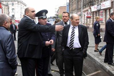 Главный милиционер области Анатолий Науменко (крайний слева) и областной прокурор Михаил Косюта (крайний справа) на месте взрыва.